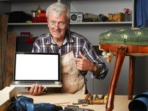 Tischler im Ruhestand mit Laptop Lizenzfreies Stockbild