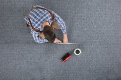 Tischler Laying Carpet lizenzfreie stockbilder