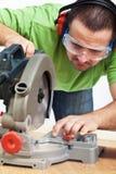 Tischler oder Schreiner, die mit Leistunghilfsmittel arbeiten Stockbilder