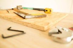 Tischler ` s Arbeitsgeräte auf einer Werkzeugtabelle stockfotografie