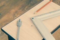 Tischler ` s Bleistift, Quadrat und bohren eine Feder lizenzfreie stockbilder