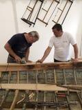 Tischler stellen ein altes hölzernes Boot wieder her Stockfotos