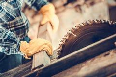 Tischler Wood Cut Job Lizenzfreie Stockbilder