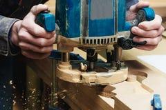 Tischler Working der manuellen Fräsmaschine in der Zimmerei-Werkstatt Industrielles Manufactoring-Konzept lizenzfreies stockbild