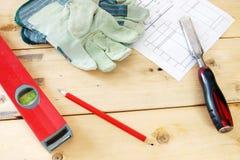 Tischlerarbeitsgeräte auf dem hölzernen Werktisch Lizenzfreies Stockbild