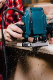 Tischlerfunktion der manuelle Handfräsmaschine in der Zimmereiwerkstatt schreiner stockfotos