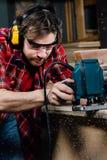 Tischlerfunktion der manuelle Handfräsmaschine in der Zimmereiwerkstatt schreiner stockbilder