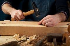 Tischlerfunktion, -hammer, -meter und -schraubenzieher auf Bauhintergrund Lizenzfreie Stockfotos