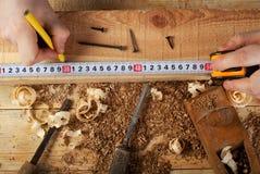 Tischlerfunktion, -hammer, -meter und -schraubenzieher auf Bauhintergrund Lizenzfreies Stockbild