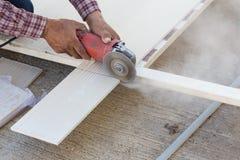 Tischlerhände unter Verwendung der elektrischen Säge auf Holz Lizenzfreies Stockbild