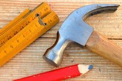 Tischlerhammer, Tischlermeter und Bleistift Stockfotos