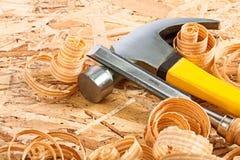Tischlerhammer- und Tischlermeißel mit hölzernen Chips Lizenzfreies Stockfoto