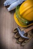 Tischlerhammerschutzbrillenbau plant Schutzhelm und Sicherheitshandschuh Stockfotografie