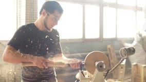 Tischlerkratzen auf der Drehbank ein Möbelstück stock video footage