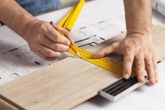 Tischlermarkierung geschnitten auf Parkettstück lizenzfreies stockbild