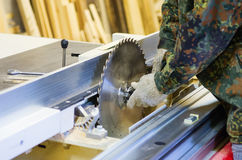 Tischlersätze des Kreissägeblatts auf Holzbearbeitungsmaschinen Stockfotografie