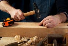 Tischlerwerkzeuge auf hölzernem Tabellenhintergrund Beschneidungspfad eingeschlossen Kopieren Sie Platz Stockbild