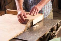 Tischlerwerkzeuge auf Holztisch mit dem Kreis Sägemehl sahen Lizenzfreie Stockbilder