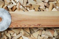 Tischlerwerkzeuge auf Holztisch mit Sägemehl Stockbild