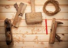 Tischlerwerkzeuge in der Kiefernholztabelle Lizenzfreies Stockfoto