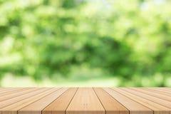 Tischplatte auf Grün unscharfem Hintergrund Lizenzfreie Stockbilder