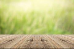 Tischplatte auf Grün unscharfem Hintergrund Stockbild