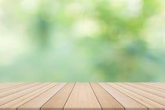 Tischplatte auf Grün unscharfem Hintergrund Stockbilder