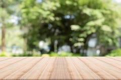Tischplatte auf Grün unscharfem Hintergrund Lizenzfreies Stockfoto