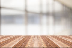Tischplatte auf unscharfem Hintergrund Stockfotografie
