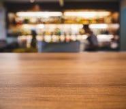 Tischplatte-Gegenunschärfe-Leute, die an der Bar trinken stockbild
