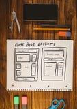 Tischplatte mit einem Notizbuch mit Netzgraphiken Stockfotografie