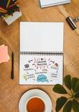 Tischplatte mit einem Notizbuch mit Netzgraphiken Lizenzfreie Stockbilder