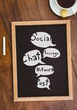 Tischplatte mit einer Tafel mit Netzgraphiken Stockfotografie