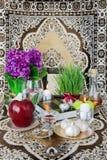 Tischplatte mit Heft-gesehenen Elementen für Nowruz lizenzfreie stockfotografie