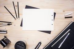 Tischplatte mit Papier und Briefpapier Stockfotos