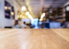 Tischplatte mit unscharfem Barrestaurantcafé-Innenraumhintergrund stockbild