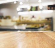 Tischplatte mit unscharfem Küchenhintergrund Stockfotografie