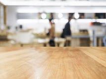 Tischplatte mit unscharfem Leute- und Küchenhintergrund Lizenzfreie Stockfotografie