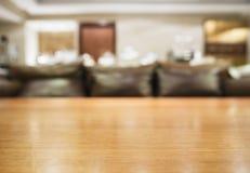 Tischplatte mit unscharfer Sofa Ausgangsinnenausstattung Stockbilder