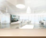 Tischplatte-und Unschärfe-Büro-Hintergrund Lizenzfreie Stockfotos