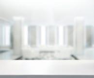 Tischplatte-und Unschärfe-Büro-Hintergrund lizenzfreies stockfoto