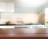 Tischplatte-und Unschärfe-Innenraum-Hintergrund Lizenzfreies Stockfoto