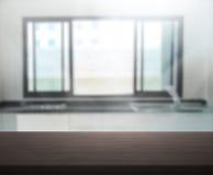 Tischplatte-und Unschärfe-Innenraum-Hintergrund Lizenzfreies Stockbild