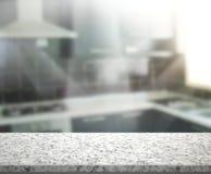 Tischplatte-und Unschärfe-Innenraum-Hintergrund Stockbild