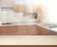 Tischplatte-und Unschärfe-Innenraum-Hintergrund Lizenzfreie Stockfotos