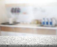 Tischplatte-und Unschärfe-Innenraum-Hintergrund Stockfotos
