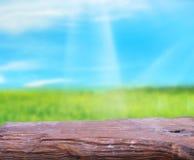 Tischplatte-und Unschärfe-Natur-Hintergrund Lizenzfreie Stockbilder
