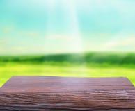 Tischplatte-und Unschärfe-Natur-Hintergrund Lizenzfreie Stockfotos