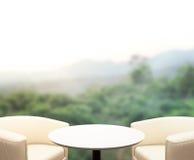 Tischplatte-und Unschärfe-Natur-Hintergrund Lizenzfreies Stockbild