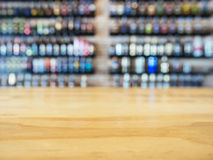 Tischplatte-Zähler mit unscharfer Wein-Alkoholflaschen Anzeige Lizenzfreies Stockfoto